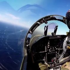 video of Steps by step procedure of landing a Fighter jet on an Aircraft carrier - Landing on a flight deck is one of the most difficult things Airplane Fighter, Fighter Aircraft, Jet Fighter Pilot, Fighter Jets, Air Fighter, Uss Enterprise, Military Jets, Military Aircraft, F14 Tomcat