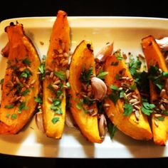 chestnut butternut (potimarron) with roasted garlic, sunflower seeds, parsley, and a drizzle of walnut oil! Winter Meals, Winter Food, Walnut Oil, Sunflower Seeds, Roasted Garlic, Parsley, Zucchini, Nom Nom, Thanksgiving