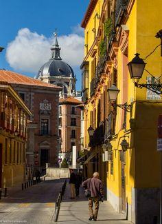 La Calle del Sacramento, una calle con muchas historia que debe su nombre al Convento del Santísimo Sacramento del que sólo queda la iglesia. Es una calle de Palacios y leyendas del viejo Madrid.