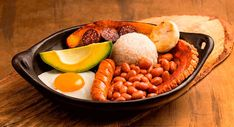 Cómo preparar Bandeja paisa, ingredientes, paso a paso y valor nutricional. Una receta de Antioquia - Colombia. Traditional Colombian Food, Chicharrones, Beauty Around The World, Food Hacks, Food Tips, Lunch, Meals, Dinner, Vegetables