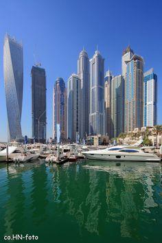 https://flic.kr/p/s2EdqC | Dubai Marina ... | ... ist ein Stadtteil in Dubai, etwa 25 Kilometer südwestlich des Stadtzentrums. Ganz links der Cayan Tower: Mit 307 Metern ist er der höchste Wolkenkratzer, der eine 90-Grad-Drehung vollzieht. Mittig, mit der runden Metallkuppel, der Princess Tower. Mit 414 Metern das höchste Wohngebäude der Welt.