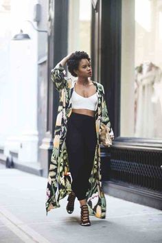 Para usar já: Kimono. Top cropped branco, calça preta , sandália de tiras, quimono verde com estampa tropicais