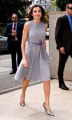 Queen Letizia of Spain wore her signature snake print heels & a lavender day dress as she visited the Geneva headquarters of the global cancer org. Union Internationale Contre le Cancer (UICC) to meet w/ HRH Princess Dina Mired of Jordan in Switzerland. Prom Dresses Online, Day Dresses, Nice Dresses, Casual Dresses, Prom Dress Shopping, Online Dress Shopping, Laetitia, Royal Clothing, Column Dress