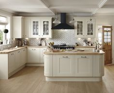 Similar layout to mine. This antique white kitchen offers a timeless elegant look for your shaker style kitchen. The Tewkesbury Framed Antique White kitchen range from Howdens. White Shaker Kitchen, Shaker Style Kitchens, Modern Farmhouse Kitchens, Fitted Kitchens, Cream And White Kitchen, Cream Country Kitchen, Cream Kitchen Tiles, Home Decor Kitchen, Kitchen Living