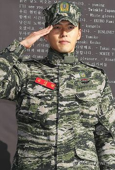 Hyun Bin discharged from military + sheds tears as he discusses acting Best Actress, Best Actor, Asian Actors, Korean Actors, Army Look, Korean Drama Quotes, Man Character, Jang Hyuk, Army Men