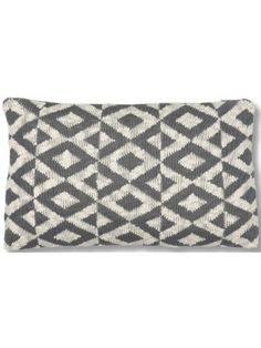 L'armonica sincronia del disegno geometrico e la delicatezza dei colori coloniali, fanno di questo cuscino una meraviglia.