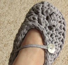 VERY EASY chunky crochet slippers tutorial - for beginners - all adult s...