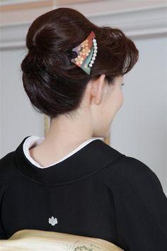上品で控えめな50代アップの結婚式の髪型 - 【結婚式】髪型(ヘアスタイル) Roll Hairstyle, Bun Hairstyles, Wedding Hairstyles, Big Bun, Hair Dos, Updos, Kimono, Hair Beauty, Lady