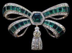 Spilla a forma di fiocco di smeraldi e diamanti della Casa Reale Braganza del Portogallo