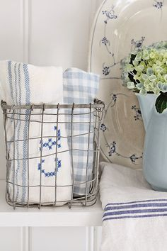a bit of blue Country Blue, French Country Cottage, White Cottage, Cottage Living, Cottage Chic, Cottage Style, Royal Copenhagen, Love Blue, Blue And White
