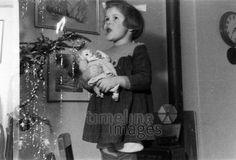 Christl vor dem Christbaum Fremmer/Timeline Images #50er #Christbaum #Festlichkeiten #Kind #Weihnachten #Singen #christmas #historisch #schwarzweiß #Puppe #Tradition #Brauchtum Timeline Images, Christen, Kind, Puppet, Christmas, Nice Asses