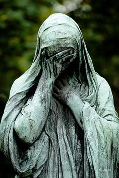 I thought this was one of the most beautiful and moving statues I saw at Pere Lachaise cemetery in Paris France Cemetery Angels, Cemetery Statues, Cemetery Art, Cemetery Monuments, Père Lachaise Cemetery, Statue Ange, Immaculée Conception, Old Cemeteries, Graveyards