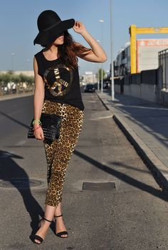 Peace and leopard. I like this Outfil! Leopard Pants, Fashion Shoes, Bohemian, My Style, Hats, Peace, Clothes, Shirt, Outfits