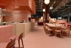 Los diseñadores de Note Design Studio crearon un espacio efímero de plena tendencia, combinando tonos rojos, rosas, nudes y color coral.