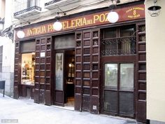 """La Pastelería del Pozo es la más antigua de Madrid, fundada en 1830 y especializada en hojaldres. Ha conservado el gusto y la decoración del antiguo """"horno""""."""