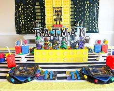 Da-na-na-na-na LEGO BATMAN! This Batman approved birthday party from @sweetlychicevents will have all the kids cheering!