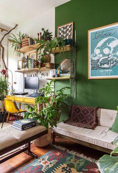 Home office com paredes pintadas de verde e móveis vintage tem estante de trilho, quadros, escrivaninha vintage e muitas plantas. House Design, Home Office Decor, Interior, Vintage Home Decor, Living Room Decor, Cheap Home Decor, Home Decor, House Interior, Interior Design