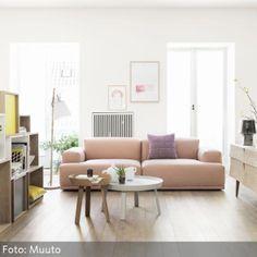 Wandelbares Modulsofa im lichtdurchfluteten Wohnzimmer - mehr auf www.roomido.com