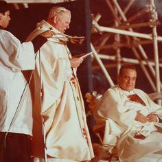 Hoy 22.10 celebramos el día de San Juan Pablo II y lo hacemos con esta imagen del Santo Padre durante su visita a #Maracaibo en 1985. #SantoPadre #ConoceTuPatrimonio #BioCiudad #Historia #SanJuanPabloII #PapaPeregrino