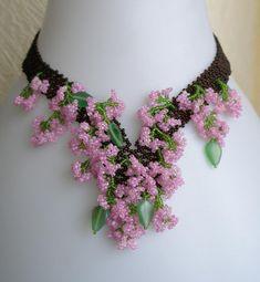 Pattern seed beaded Carnation flower necklace por JewelrybyVarvara