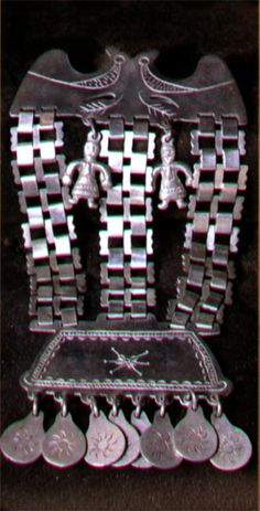 PLATERIA MAPUCHE : Trapelakucha, es un adorno pectoral utilizado por las mujeres mapuche, fabricado generalmente de plata. Se compone de un cuerpo principal del cual baja una serie de eslabones, los cuales sostienen un cuerpo inferior. El diseño más conocido es sin duda el que se compone de un cuerpo principal que representa un águila bicéfala, tres series de eslabones y un cuerpo inferiior con pequeños motivos colgantes.