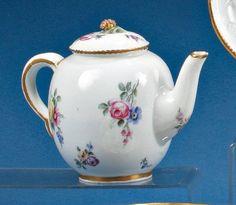 SEVRES  Théière Calabre en porcelaine tendre à décor de jetés de bouquets de…