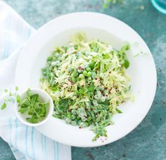 Soja-Limetten-Sauce verzückt junges Gemüse: Erbsen, Zuckerschoten, zarter Spitzkohl und die apart duftende Limonenkresse.
