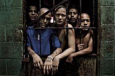 Membros da gangue Barrio 18 são fotografados por Tomas Munita na prisão Quezaltepeque em El Salvador. As autoridades acreditam que as negociações de paz envolvendo as duas maiores gangues de rua no país levaram a uma forte queda na violência.