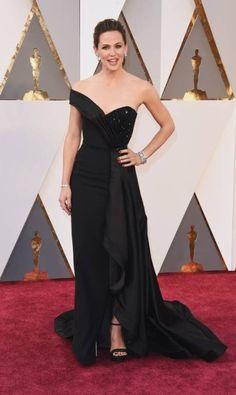 Jennifer Garner: preto by Versace Jason Merritt / AFPhttp://oglobo.globo.com/ela/moda/os-vestidos-das-famosas-no-tapete-vermelho-do-oscar-2016-18770046