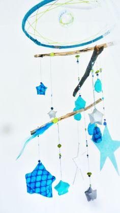 Mobile étoile pour bébé Origami, perles, plumes et bois, avec une base semi attrape-rêve  * Little Moon handmade creation