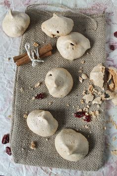 Cinnamon Meringues with Dried Cranberries (Great use for the egg whites I'll have left over after I make that delicious tea flavored ice cream I just pinned. Holiday Cookie Recipes, Holiday Cookies, Holiday Baking, Holiday Treats, Meringue Pavlova, Meringue Cookies, Christmas Cooking, Dried Cranberries, Just Desserts