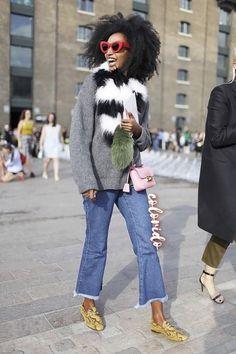 Pontos de Cor Animam o Visual da Cropped Flare Jeans Neutra