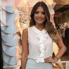 Mais uma foto dessa blusa linda com bordados em pérolas❤️❤️ R$129,90 Tam P(38) M(40) G(42) Site para compras www.sibellemodas.com.br Aceitamos todos os cartões de crédito  Cartão de crédito 06x sem juros Paypal ou 04 x sem juros Pagseguro Desconto a vista 8% (Depósito ou Transf) Whatsapp(11)983694353 Frete Grátis acima R$320,00 Work Fashion, Hijab Fashion, Fashion Outfits, Womens Fashion, Casual Outfits, Girl Outfits, Beautiful Blouses, Mode Hijab, Blouse Designs