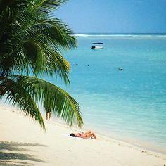 Schlimm hier. Egal wohin man die Kamera hält: Es kommt immer ein Postkartenmotiv raus...   . . #palmtrees #beach #sun #sea #summer #pool #bluesky #wanttobethere #adaybythebeach #enjoy #travel #traveling #paradise  #mauritius #mauritiusisland #mauritiusexplored #whitebeaches #oceanwaves #sunshine #fernweh #thelittlethings #beachtime #chilltime #sonnetanken