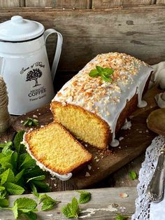 BIZCOCHO DE COCO Y RICOTTA CON GLASEADO DE LECHE DE COCO Queso Ricotta Recetas, Sweet Bread, Cornbread, French Toast, Breakfast, Ethnic Recipes, Desserts, Food, Drink