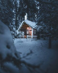 Architecture house Affordable Small Log Cabin Ideas With Awesome Decoration 26 Beautiful Artificial Small Log Cabin, Little Cabin, Log Cabin Homes, Log Cabins, Snow Cabin, Winter Cabin, Cozy Cabin, Snowy Woods, Log Home Decorating