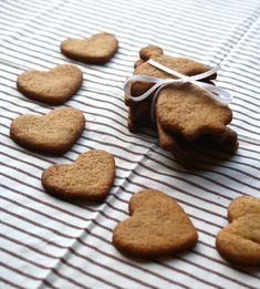 Hei alle sammen! Det var ikkje vanskelig å skjønne kva oppskrift dei fleste av dere ville ha først – pepperkaker er virkelig en favoritt hos mange! Eg har laga pepperkaker uten tilsatt sukker som og alternativt kan lagast uten gluten og melk. Dei er blodsukkervennlige og passer for dei med diabetes også, så eg håper … Diabetes, Low Carb, Gluten, Healthy Recipes, Snacks, Cookies, Baking, My Favorite Things, Norway
