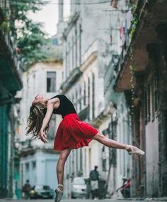 Fotógrafo regista bailarinos dançando nas ruas de Cuba