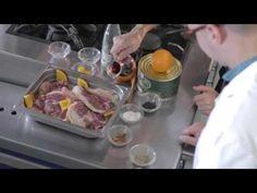 Recetas VICHY #13 (Pato a la empordanesa)  El chef David Heras vuelve a contar con la colaboración del periodista y gastrónomo Jordi Àvila para elaborar, esta vez, una receta empordanesa: Pato a la naranja.  Con ingredientes de altísima calidad, como un muslo de pato Coll Verd, naranja, vino rancio y Vichy Catalan, esta receta hará las delicias de quienes la prueben. ¿Te animas a cocinarla?