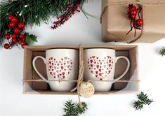 Zestaw 2 klasycznych kubków z motywem serc nie tylko pozwolą się cieszyć smakiem ulubionego napoju, ale również wyrażają uczucia i poprawiają nastrój. Zestawy idealne na prezent z okazji walentynek czy jako drobny upominek pod choinkę. #pomysłnaprezent #prezentpodchoinkę #bożenarodzenie Mugs, Tableware, Porcelain Ceramics, Dinnerware, Tumblers, Tablewares, Mug, Dishes, Place Settings