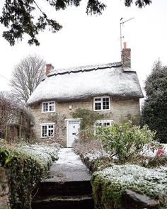 Tag a friend who would love to stay in a snowy cottage in Aynho, England!looks like Winter isn't quite done with us yet… Little Cottages, Cabins And Cottages, Cute Cottage, Cottage Style, Country Look, Country Charm, English Country Cottages, Stone Cottages, Storybook Cottage