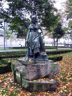 Estátua Flora no Jardim da Cordoaria no Porto www.webook.pt #webookporto #jardim…