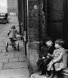 Leeds, England, Photo by Marc Riboud Monochrome Photography, Vintage Photography, Black And White Photography, Amazing Photography, Street Photography, Candid Photography, Marc Riboud, Old Pictures, Old Photos