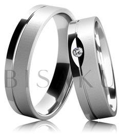 B03 Svatební prsteny z bílého zlata, jejichž povrchová úprava je částečně provedena ve vysokém lesku a saténovém matu. Dámský prsten se od pánského odlišuje drobným, ale efektním detailem, a tím je usazení kamenu do oválného lesklého výřezu. #bisaku #wedding #rings #engagement #svatba #snubni #prsteny