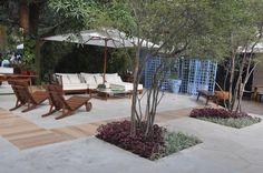 Uma área de lazer com muita sofisticação e sombra. Projeto de Marisa Lima e Emmilia Cardoso Lounge, Patio, Lima, Outdoor Decor, Home Decor, Landscaping Design, Play Areas, Design Ideas, Tropical Gardens