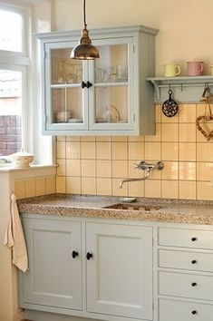 Over the years, many people have found a traditional country kitchen design is just what they desire so they feel more at home in their kitchen. Home Kitchens, Kitchen Remodel, Kitchen Design, Kitchen Inspirations, Kitchen Decor, Country Kitchen, Vintage Kitchen, Kitchen Interior, Kitchen Cabinets