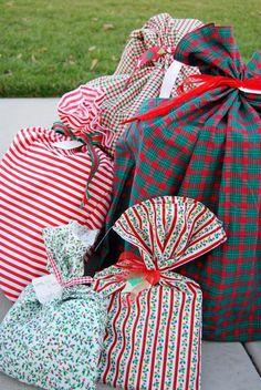 Embrulhos de presentes feitos com tecidos