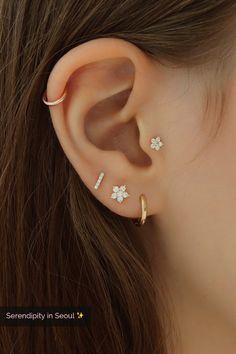 Trending Ear Piercing ideas for women. Ear Piercing Ideas and Piercing Unique Ear. Ear piercings can make you look totally different from the rest. Tragus Piercings, Pretty Ear Piercings, Ear Lobe Piercings, Piercing Tattoo, Tragus Piercing Jewelry, Helix Hoop, Double Lobe Piercing, Cartilage Piercing Stud, Ear Piercings