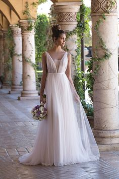 Vestido de Novia de Sincerity Bridal (4031), colección s / s, corte imperio, escote en v, largo, sin mangas