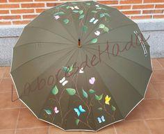 Paraguas verdes personalizado con mariposas volando entre ramas